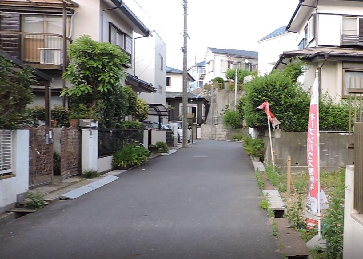 緑に囲まれた住宅地の画像